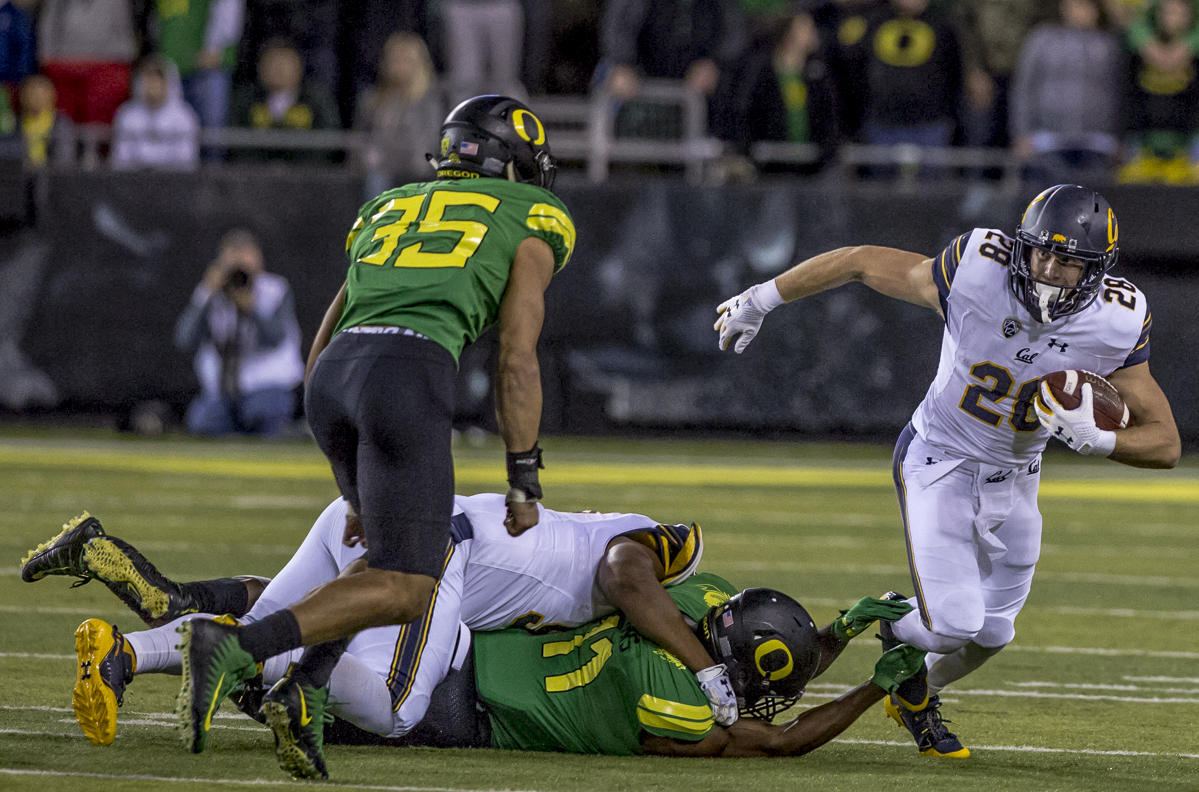 California running back Patrick Laird (#28) looks for room to run. The Oregon Ducks lead the California Golden Bears 17 to 7 at the end of the first half at Autzen Stadium in Eugene, Ore. Photo by Ben Lonergan, Oregon News Lab
