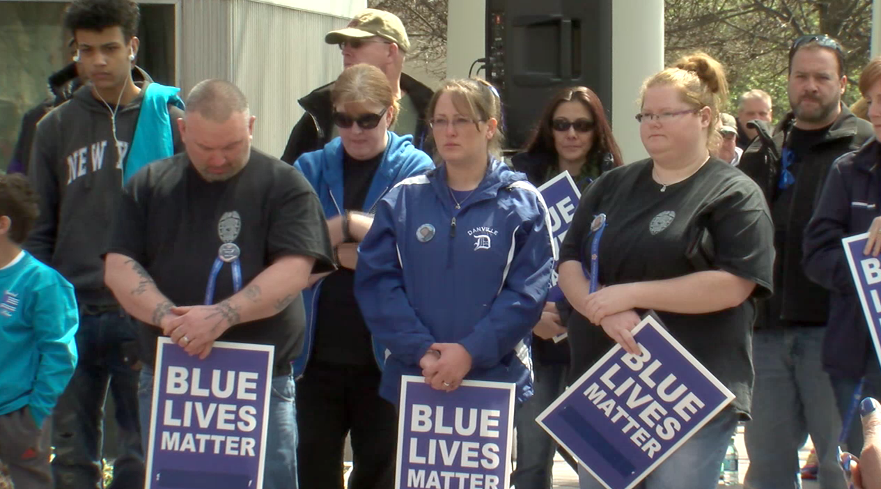 """United for Blue"" gathers to remember fallen police officers. (ABC7 photo)"