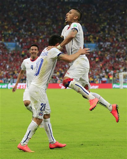 Chile's Charles Aranguiz, left, celebrates after scoring his side's second goal during the group B World Cup soccer match between Spain and Chile at the Maracana Stadium in Rio de Janeiro, Brazil, Wednesday, June 18, 2014.