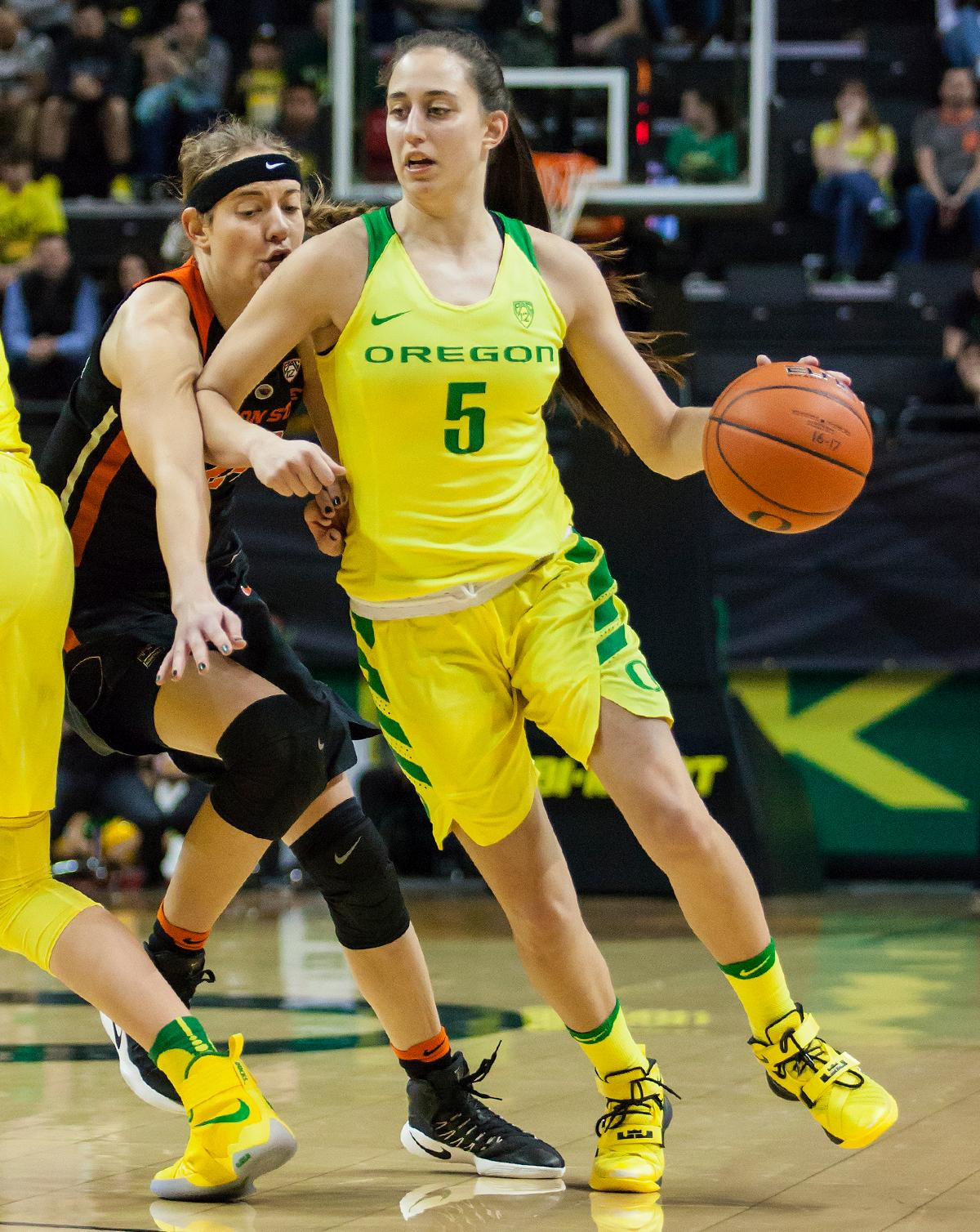 Oregon guard Maite Cazorla (#5) breaks free of Oregon State guard Sydney Wiese (#24). The Oregon Ducks lost 40 to 43 against the Oregon State Beavers after a tightly matched 4th quarter. Photo by Ben Lonergan, Oregon News Lab