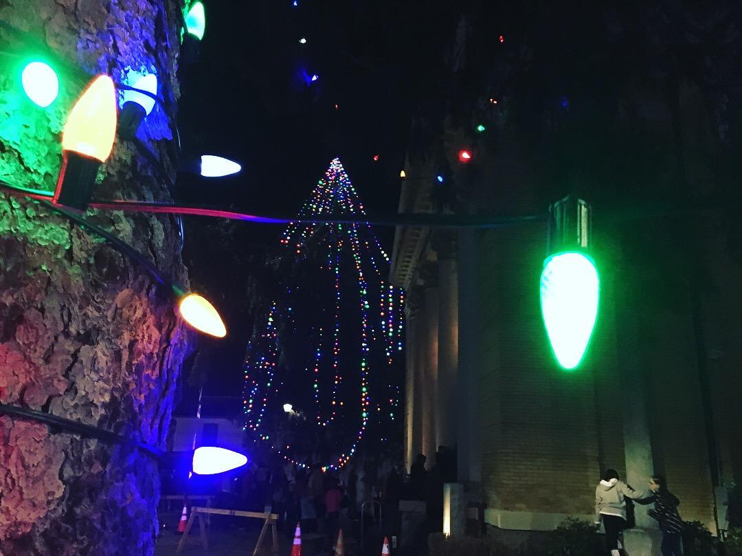 Tree lighting draws big crowd in Hendersonville to mark start of Christmas shopping season | WLOS & Tree lighting draws big crowd in Hendersonville to mark start of ... azcodes.com