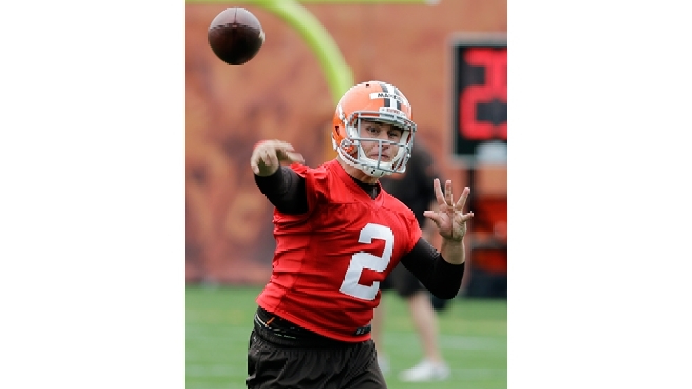 Cleveland Browns quarterback Johnny Manziel passes during organized team activities at the NFL football team's facility in Berea, Ohio Wednesday, May 28, 2014. (AP Photo/Mark Duncan)