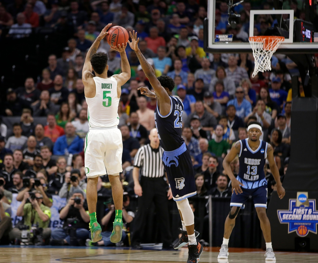 Oregon guard Tyler Dorsey, left, goes up for a 3-pointer against Rhode Island forward Kuran Iverson, second from left, in the final minute of Oregon's 75-72 win in a second-round game of the NCAA men's college basketball tournament in Sacramento, Calif., Sunday, March 19, 2017. (AP Photo/Rich Pedroncelli)