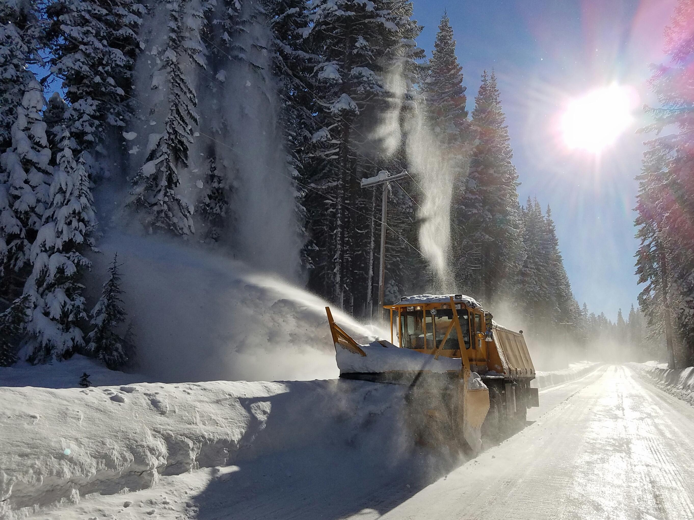 Plowing snow on Highway 138 (Dan Metz, ODOT/CC by 2.0)