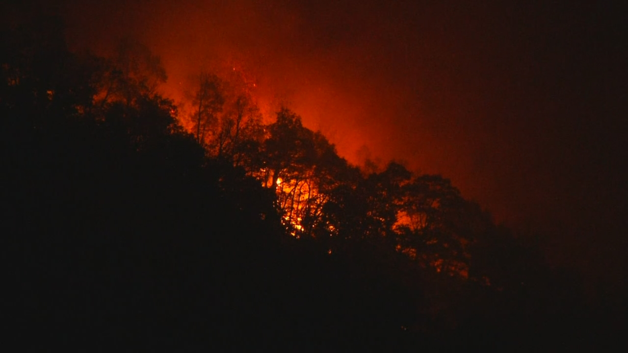 The Party Rock fire near Lake Lure has now covered nearly 2,000 acres in Rutherford and Buncombe counties. (Photo credit: WLOS staff)